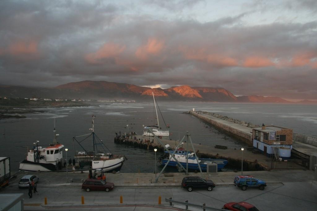 Blick vom Fischrestaurant Rock Harbour auf den Hafen von Hermanus in der Abendsonne